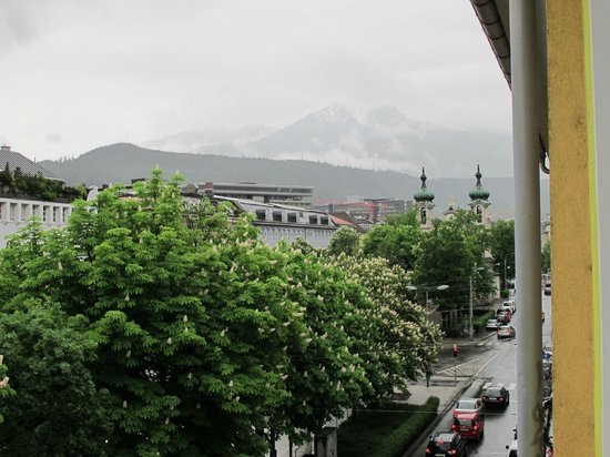 Basic Hotel Innsbruck: View right, from Room.