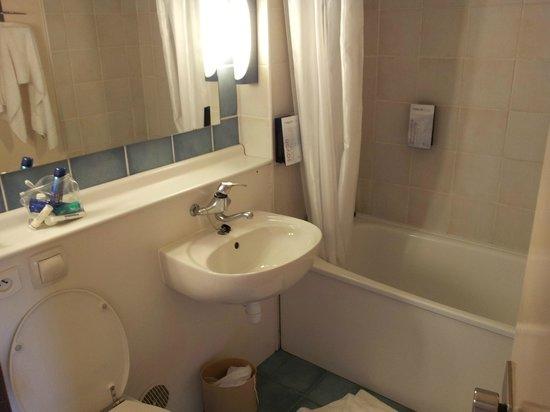 Campanile Le Bourget - Gonesse: Badkamer, met toilet, wastafel en klein bad/douche