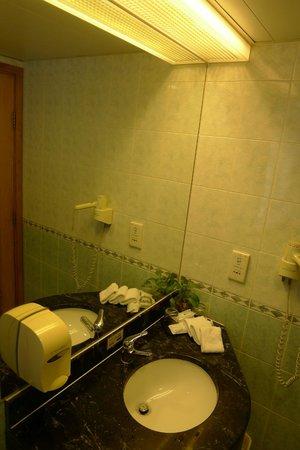 West Hotel: Bathroom 2