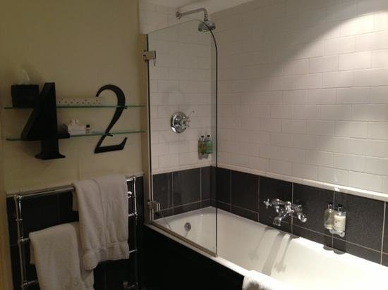 42 The Calls : Bathroom