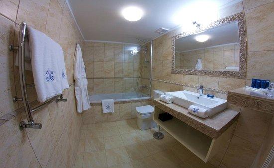 Metro Hotel Apartments Hotel: Ванная комната номера категории Люкс