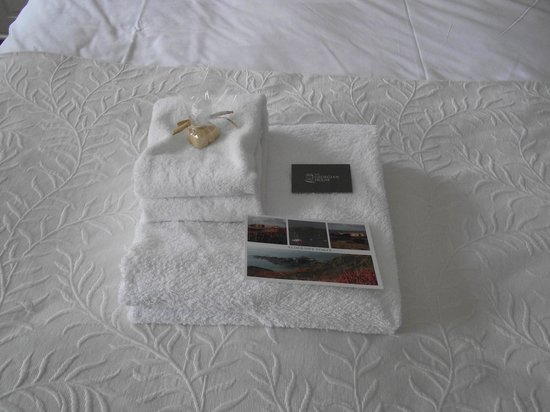 The Georgian House Restaurant: Our Towels with post card and complimentary fudge - nice touch! :)
