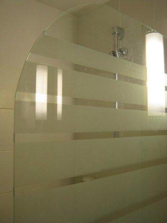 Hotel Ibis : Dirty bathtub panel