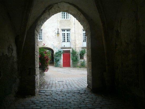 Baumes les Messieurs: il cortile dell'abbazia