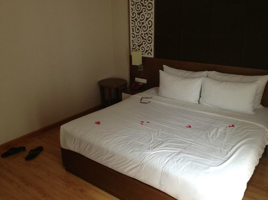 Rising Dragon Villa Hotel: Our lovely made bed