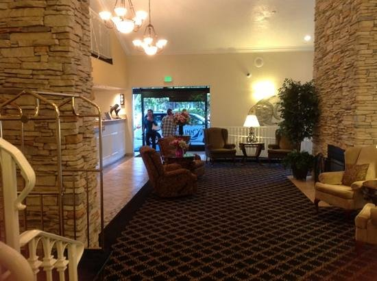 The Marina Inn on San Francisco Bay: warm lobby