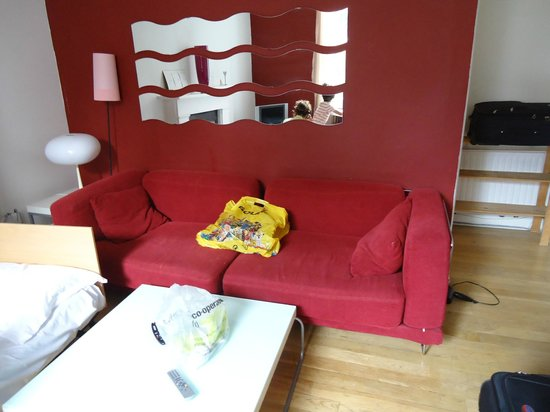 Mayflower Hotel & Apartments: Couch