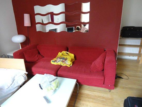 Mayflower Hotel: Couch