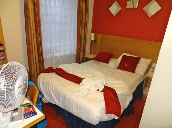 Comfort Inn London - Westminster: entire room in one picture, hardly any room around the bed (which slept ok)