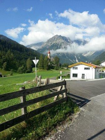 Almi's Berghotel: Appena fuori l'hotel