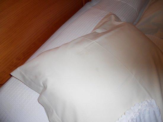 Hostal Levante : cuscino macchiato