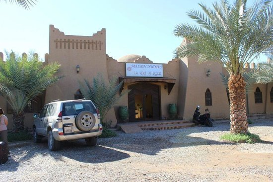La Rose Du Desert : La façade et l'entrée côté route