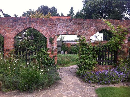 The Olde Bell Inn: Gardens