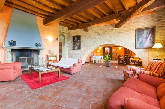 Foresteria Conti Roero : Fireplace reading and relax room