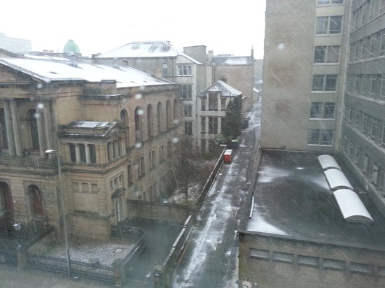 Novotel Glasgow Centre: Snowfall from our room