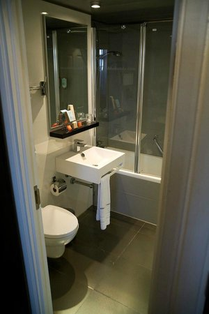 The Queen's Gate Hotel: bathroom