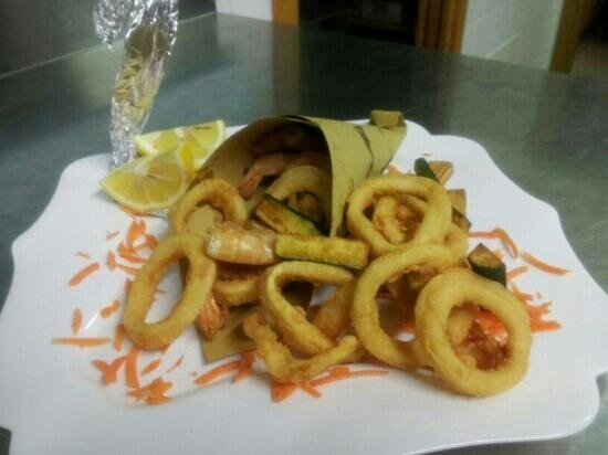 hotel il Canneto. secondo piatto di pesce.Il cono di fritto di calamari con zucchine croccanti.