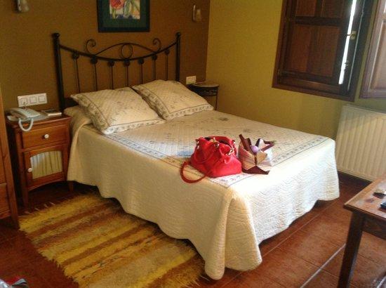Hotel La Ablaneda: habitación abuhardillada con lavabo