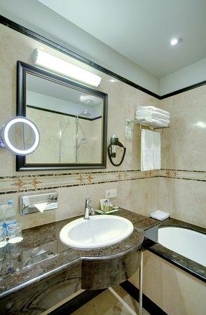 Helvetia Deluxe Hotel: Junior Suite Bathroom