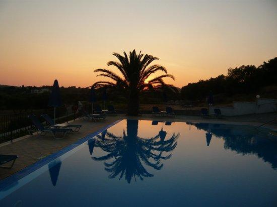 Trapezaki Bay Hotel : Sunset over the pool.