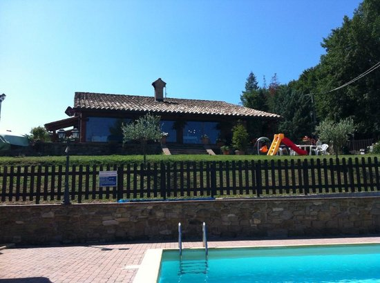 Agriturismo Ponte di Riocchio: The dining area and the agriturismo, view from the pool