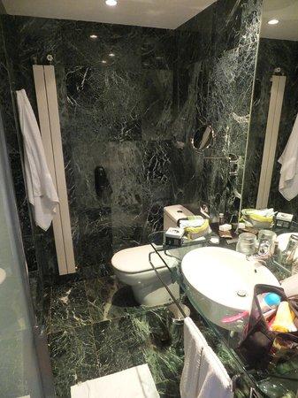 Renaissance Barcelona Hotel : La salle de bain, toute en marbre vert!