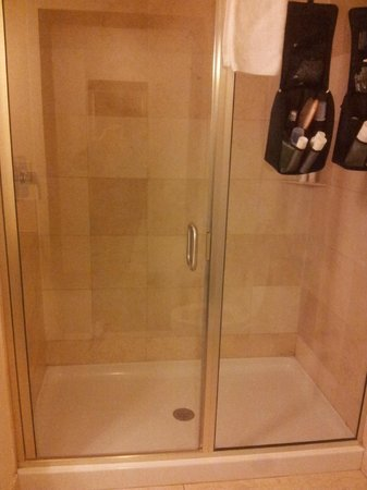Days Inn & Suites Milwaukee: shower