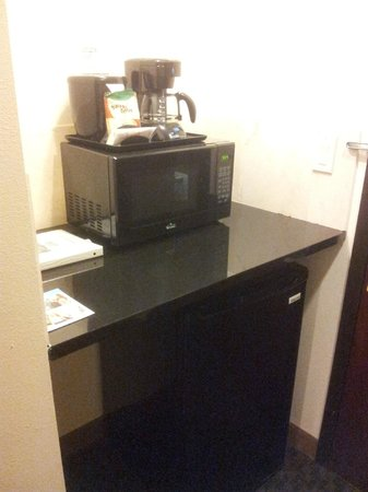 Days Inn & Suites Milwaukee : microwave and frigobar