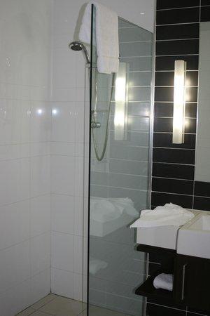 Novotel Brisbane Airport: modern bathroom