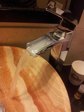 Days Inn & Suites Milwaukee: design water tap