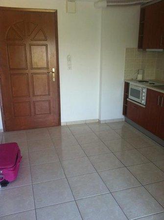 Sunrise Apartments: ingresso e cucina