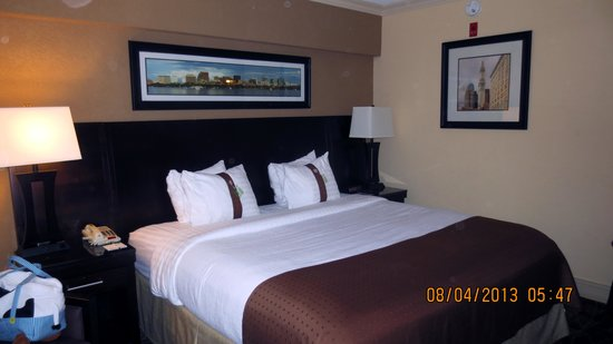 Holiday Inn Tewksbury Andover: The Bed