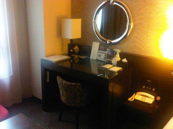 Hotel Villa Fontaine Roppongi: Work desk