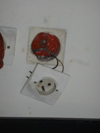 Mabrouk : Prises electriques de notre chambre