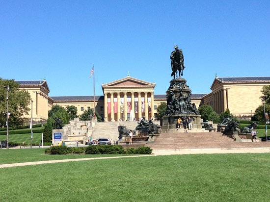 DeTours Urban Excursions: The view up to the art museum