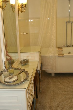 Redstone Castle: Historic Bathroom
