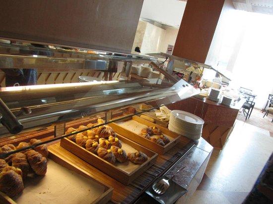Hilton Rome Airport Hotel: selezione di dolci al buffet della colazione: tavolo 4