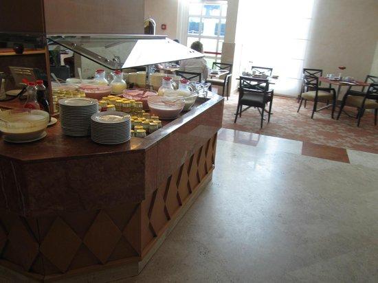 Hilton Rome Airport Hotel: selezione di dolci al buffet della colazione: tavolo 2