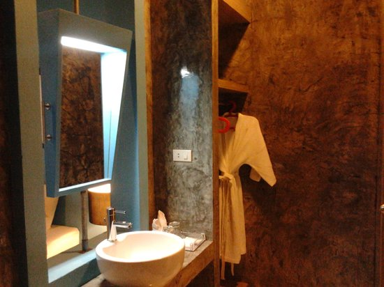 The b Ranong Trend Hotel: Washbasins is in front of bathroom