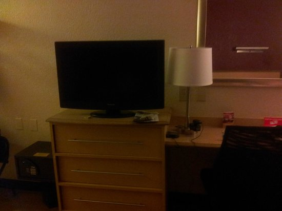 Red Roof Inn Chicago-Downers Grove: tv