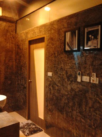 The b Ranong Trend Hotel: The front of bath room