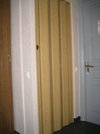 Hotel Dzintarjura: Door to the shower like built in wardrobe