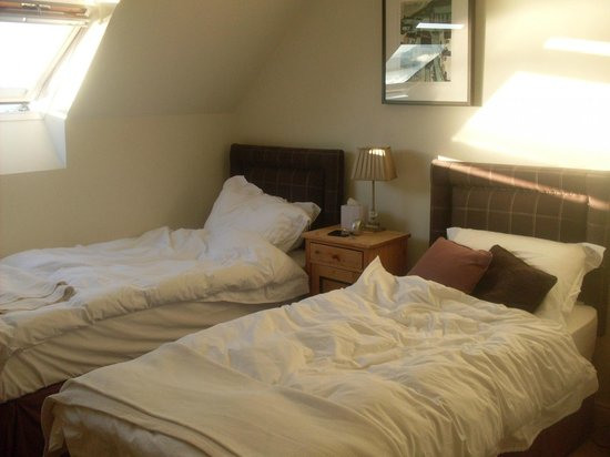 Balmacara Mains Guesthouse: Our room, which they helpfully converted from a single to a double for us.