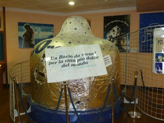 Perugina Chocolate Factory: Model of the biggest Bacio ever, from 2003 chocolate festival