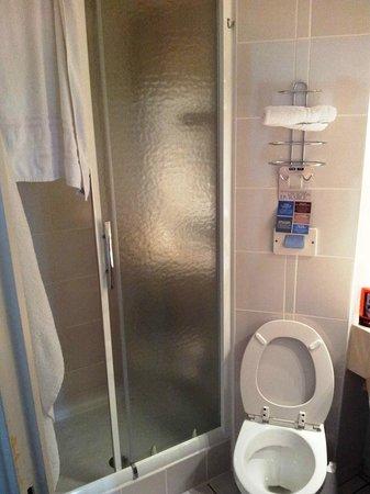 Kyriad Saint Etienne Centre: Salle d'eau (douche) très riquiqui.