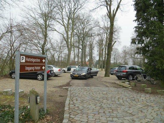 Sandton Chateau De Raay: Парковка перед отелем