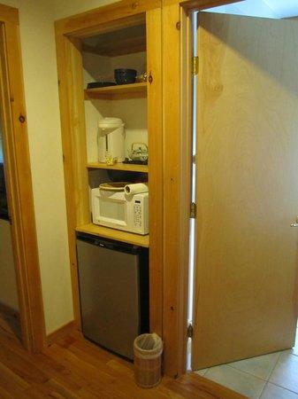 Berkshires Shirakaba Guest House: common hallway has mini fridge/ microwave and hot water pot