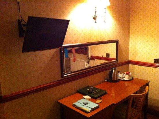 Donington Manor Hotel: desk