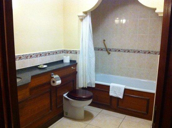 Donington Manor Hotel: bathroom