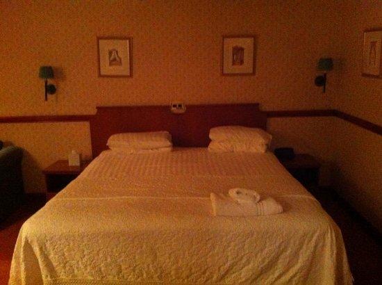 Donington Manor Hotel: bed